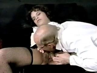 Доктор трахнул молодую пациентку с большими сиськами у себя дома!