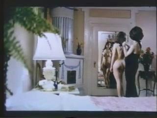 Ретро секс девушек, которые очень любят лизать киски друг другу на диване дома