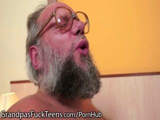 Русский папа ебет дочь в пизду, а потом дает ей отсосать хуй