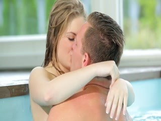 Порно видео с красивой молодой девушкой, которая любит сосать хуй в бассейне на улице