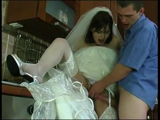 Молодая девушка занимается сексом со своим жени