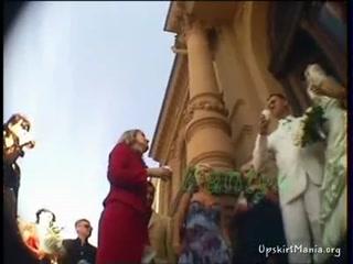 Муж смотрит на то как его жена трахается с другим мужчиной и дрочит член руками