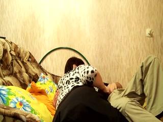 Секс со зрелой блондинкой и молодым парнем на кровати дома у ее отца