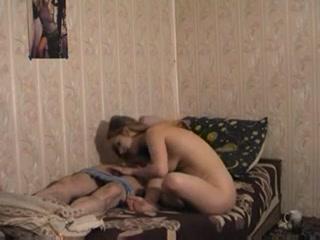 Старый мужчина трахает молодую девушку и кончает ей на лицо, после секса с ней дома