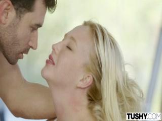 Секс видео со зрелой училкой в чулках на диване - блондинка