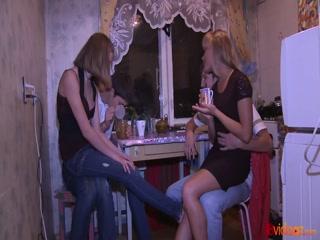 Порно видео молодых студентов, которые занимаются сексом вчетвером дома у одной девушки с парнем