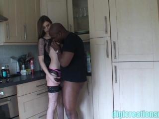 Здоровый черный парень трахает девушку с большой грудью на диване