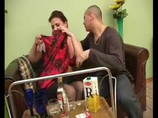 Парень трахает девушку с большой грудью у себя дома на диване  смотреть онлайн