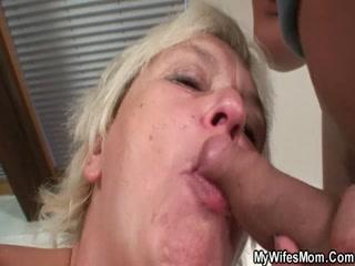 Секс с блондинкой-мамашей и молодым парнем дома на диване, пока мужа нет