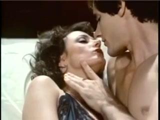 Молодой парень ебет женщину в жопу и кончает ей на лицо