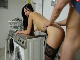 Секс со зрелой женщиной и горячим мужчиной на кухне дома