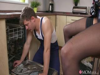 Секс с русской мамой в черных чулках у нее дома