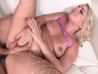 Анальный секс лесби на кровати