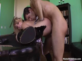 Порно видео онлайн с молодой девушкой-брюнет