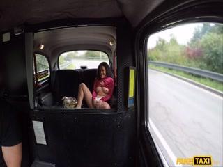 Секс видео с блондинкой в машине и ее новым клиентом на заднем сидении авто
